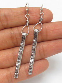 HAMMERED METAL STICK EARRING