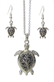 DOUBLE SIDED TEXTURED PENDANT PENDANT NECKLACE SET - TURTLE