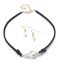FRESHWATER PEARL AND SUEDE CORD CHOKER NECKLACE SET