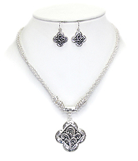 DESIGNER TEXTURED QUATREFOIL NECKLACE SET
